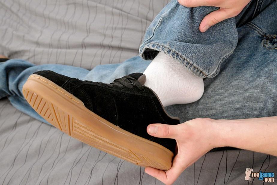 PJ Adams pulls off his DC sneaker for Toegasms - male feet