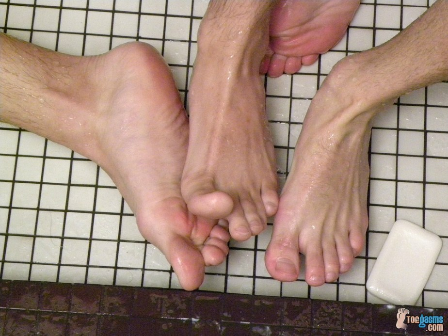Krist Cummings and Phillip Ashton rub their wet feet together for Toegasms - male feet