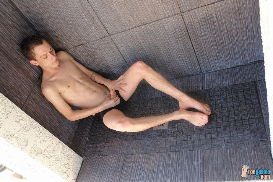 Phillip Ashton jerks off on the shower floor with his feet in front of him for Toegasms - male feet