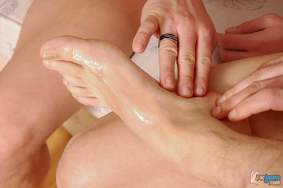 PJ Adams rubs his cum into Vensa's male feet for Toegasms - male feet