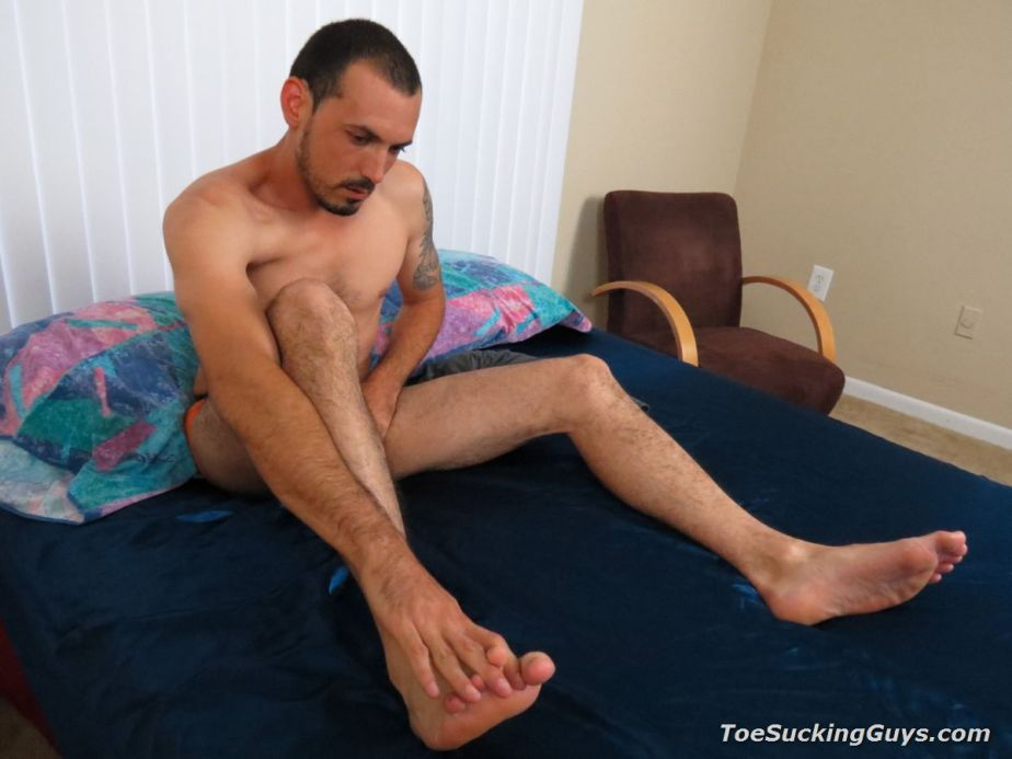 Shirtless Geo Reigns rubs his own feet for Toe Sucking Guys