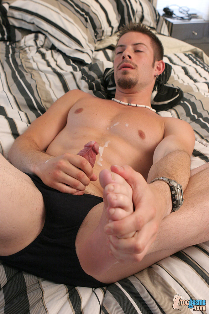 Mike Roberts cums showing off his bare sole for Toegasms