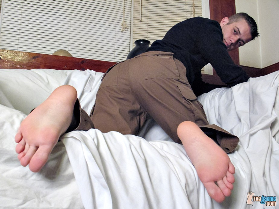 Bryce Corbin shows off his bare soles from behind for Toegasms