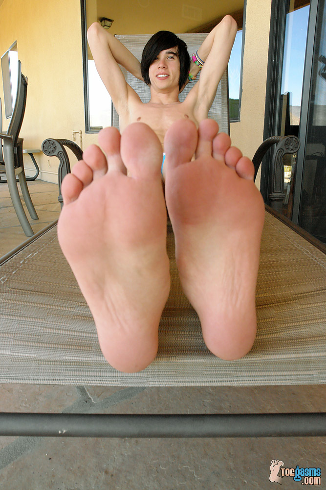 Brendan shows off his bare emo twink soles for Toegasms