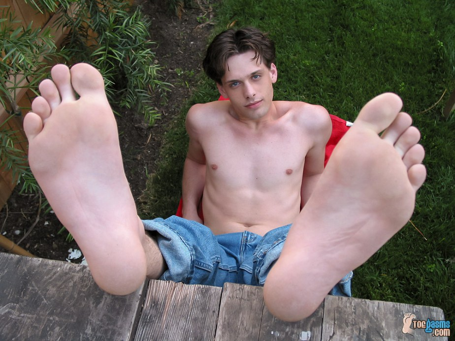 Shirtless Jared shows off his bare male soles for Toegasms