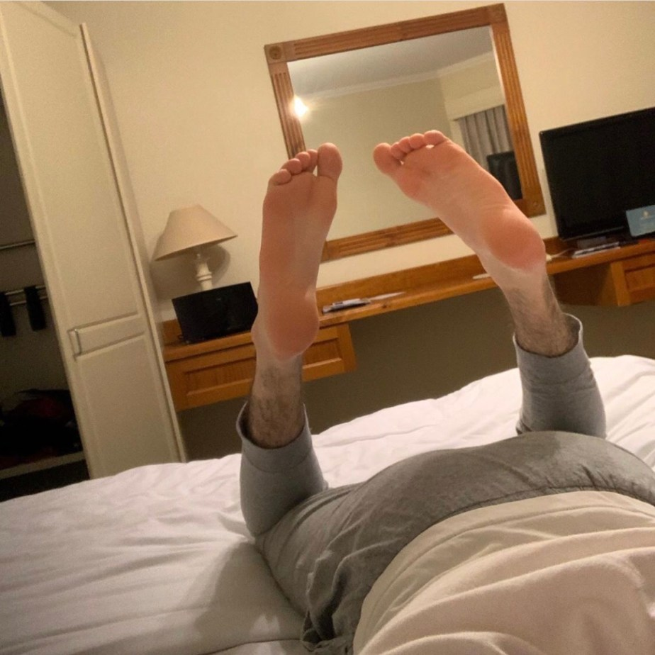 Footmastera_98's size 11 soles on the bed