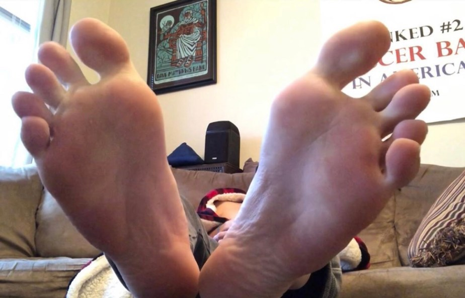Brosoxnsoles_ shows off his size 12 toes and feet