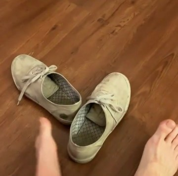 socklessazboi takes off his sockless size 12 sneakers and shows his bare feet