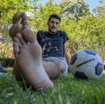 Melouse shows off his bare football soles for giant_and_tiny