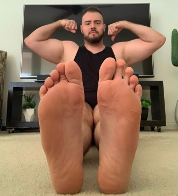 Bearded jd_musclefeet shows off his muscles and bare soles