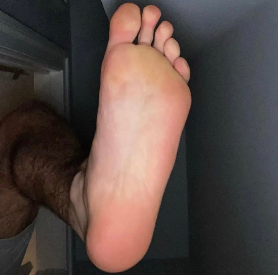 fireytennisball shows off his bare size 11 sole