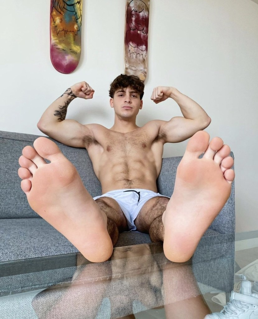 Shirtless realflexmasterjoe shows off his muscles and bare soles for officialcaseycooper