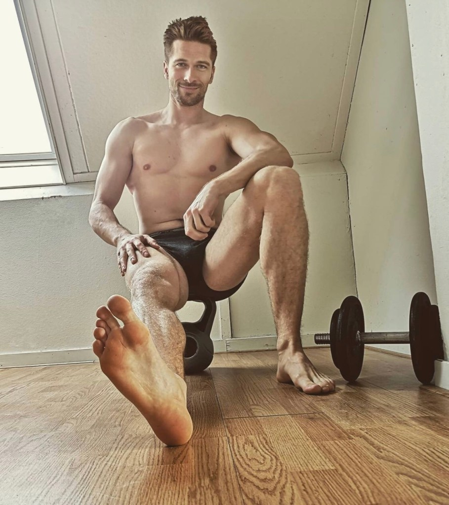 Bearded and shirtless blake_llyndon shows off his bare size 10 gym sole