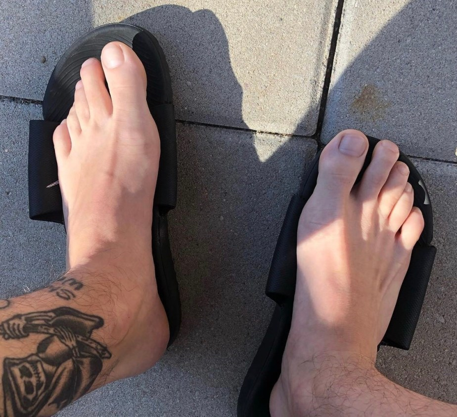 redfootzefff's bare feet on his Nike slides