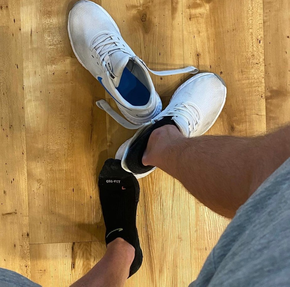 seatownsocks shows off his black Nike ankle socks out of Nike sneakers