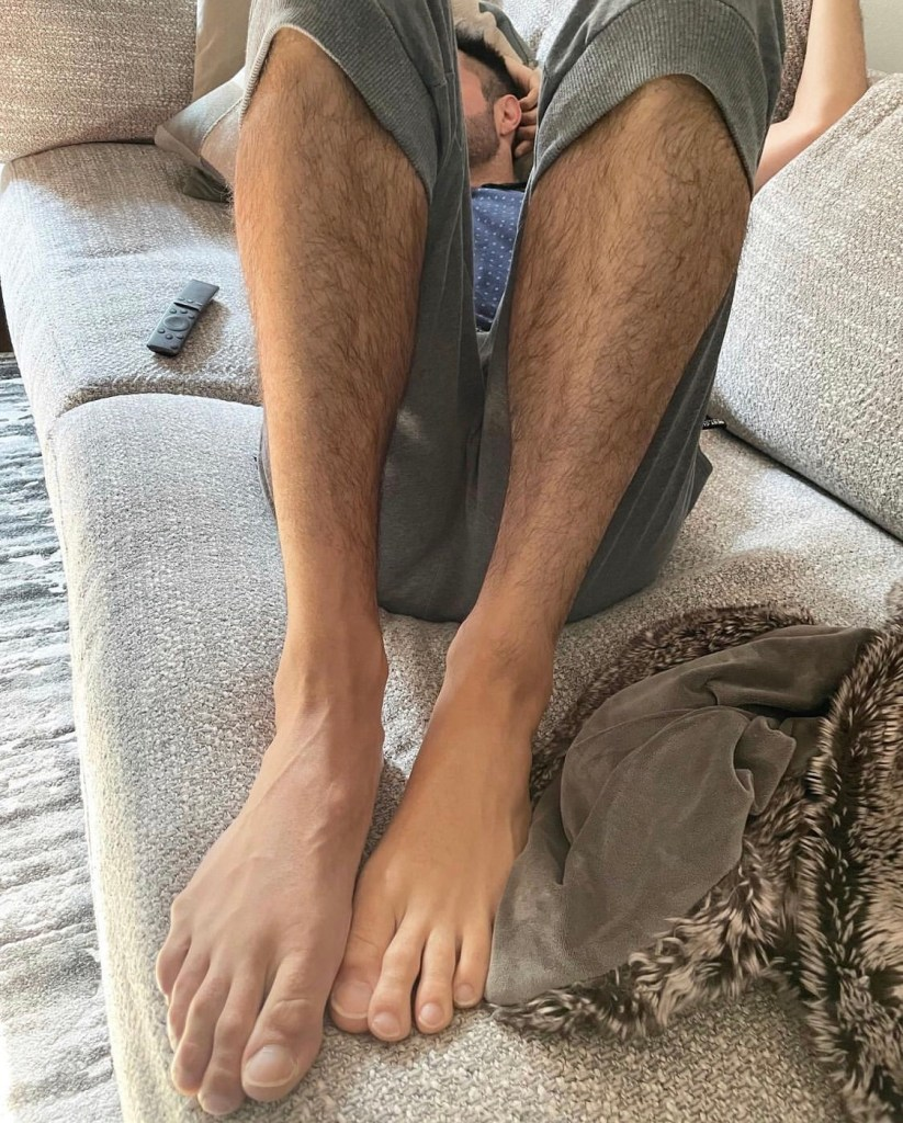 traveling_feet7885 shows his bare feet and toes on the couch