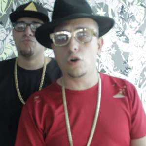 j king maximan saludando a malia 370x208 - Pusho – Tienen Que Soportarte (Official Video)