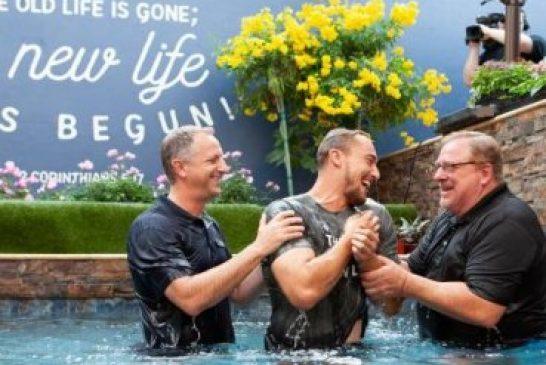Iglesia Saddleback de Rick Warren bautiza 50,000 personas