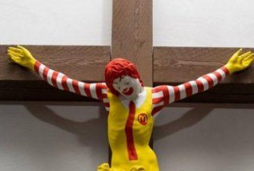 Museo expone a Ronald McDonald crucificado provocando protestas