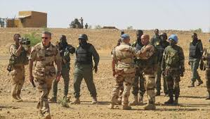 Mali: l'armée française passe le fleuve Niger avec armes et bagages