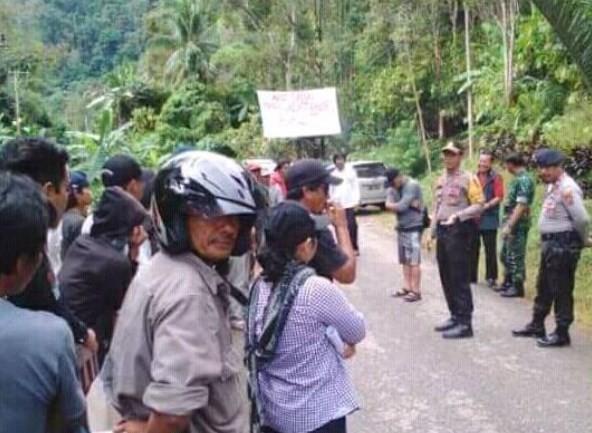 Demontrasi Warga Padoe Menentang Pengukuhan To Konde di Kawata
