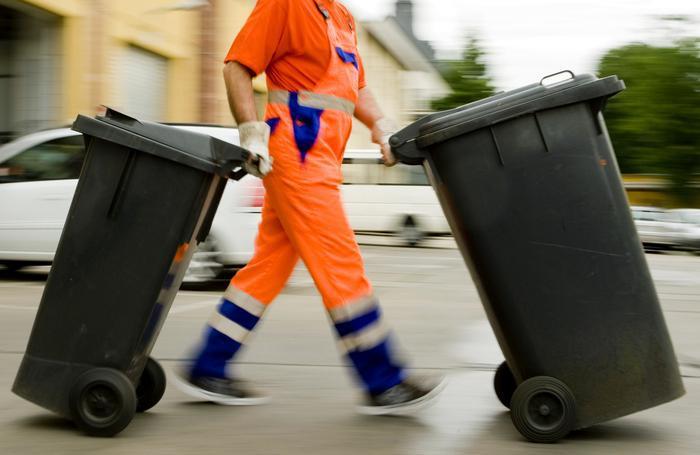 Müllarbeiter mit Mülltonne auf Mallorca