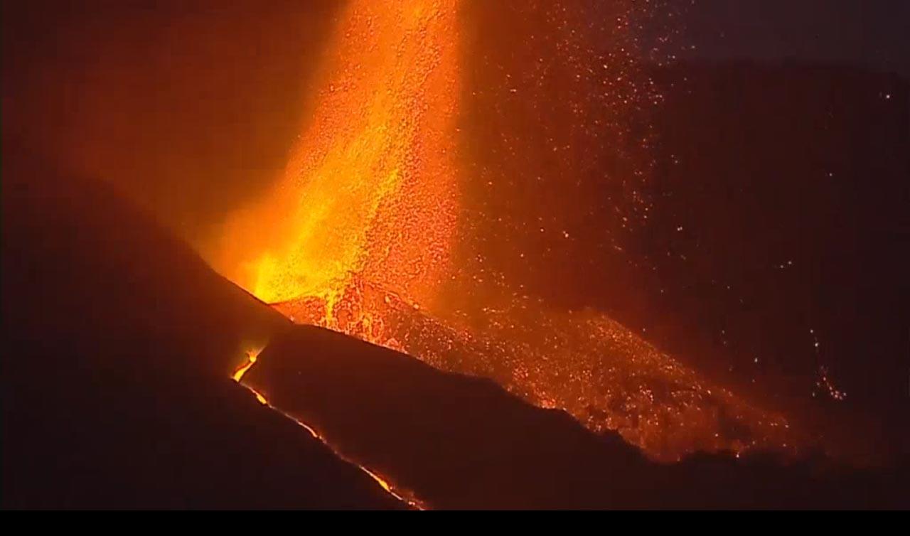 Vulkan schleudert Lava aus