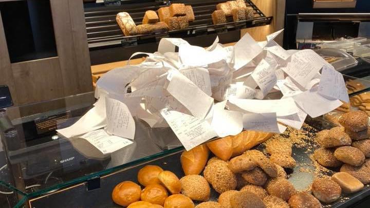 Ein riesiger Haufen Müll - dabei sind das nur die Bons von drei Stunden in der Landbäckerei Scholz