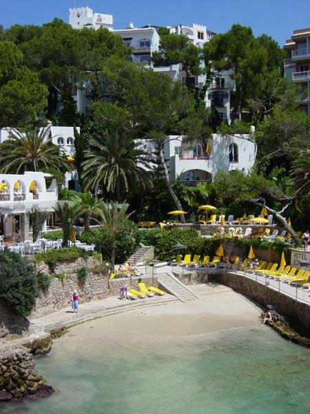 Palmen, Strand und Meer genießen Familien an der Badebucht des Hotel Bonsol in Illetas/Mallorca © Bildnachweis: Hotel Bonsol