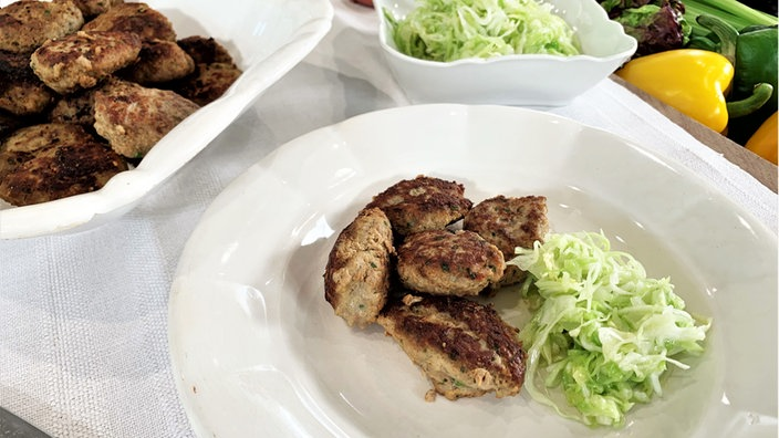Fleischkiechle mit Krautsalat