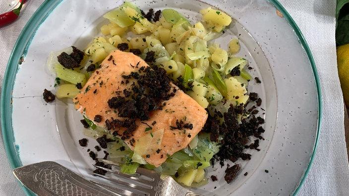 Fisch auf Lauchkartoffeln mit Pumpernickel-Knusper