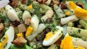 Salat von buntem Spargel mit Ei und Schnittlauch
