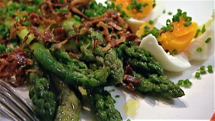 Salat von grünem Spargel mit Ei