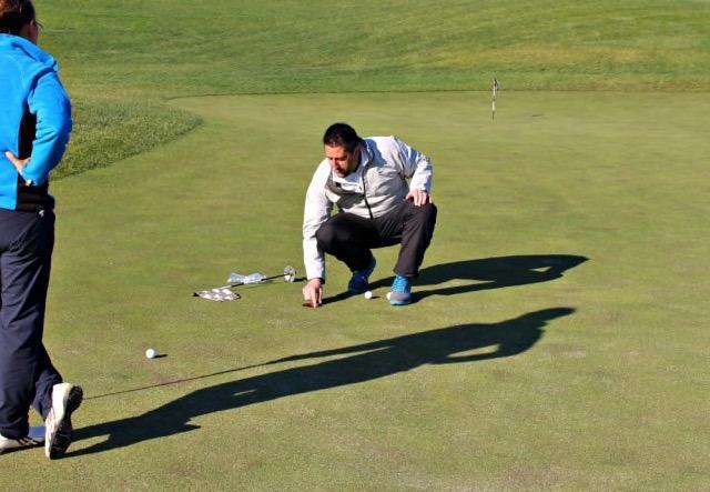 Golf Pro auf dem Putting Grün