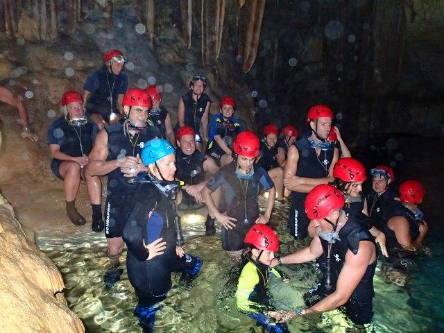 In Gruppen bis 11 Personen wird die Höhle erkundet