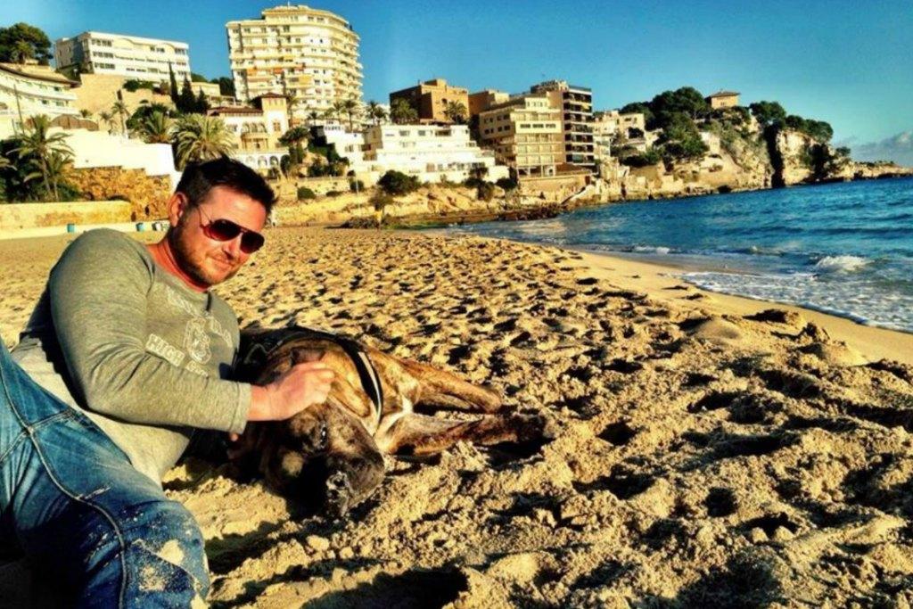 Frank mit seinem kleinen Hund