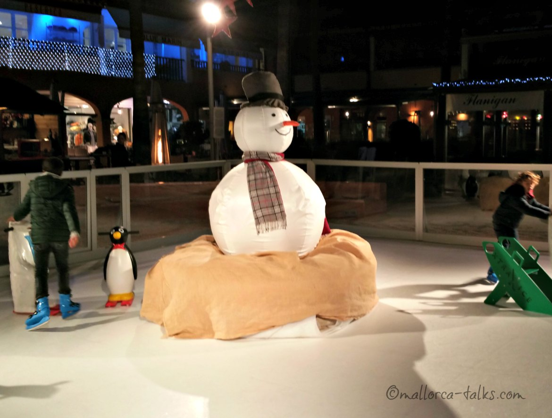 Die Schlittschuh-Eisbahn aus Plastik in Puerto Portals