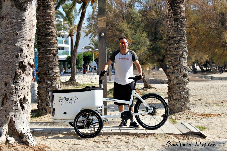 Oliver Wienrich von Yes we bike mit einem seiner Cargo-Räder am Strand in Santa Ponsa