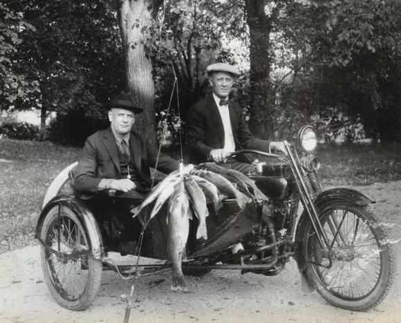 William Harley ve Arthur Davidson'ın 1924 yılından bir fotoğraf karesi