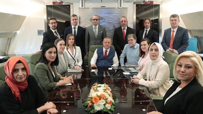 Cumhurbaşkanı Erdoğan'ın Bosna Hersek ziyaretinden dönüşte basın mensuplarıyla çektirdiği hatıra fotoğrafı