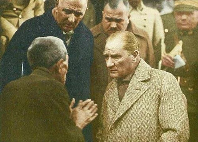 Atatürk'ü Yaşlı Bir Vatandaşı Dinlerken Gösteren Fotoğraf