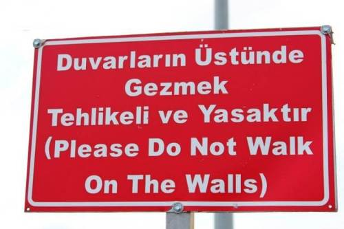 duvarlarin ustunde gezmek yasaktir please do not walk dont walls
