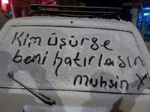 """""""Kim üşürse beni hatırlasın"""" sözünü Muhsin Yazıcıoğlu'na atfeden karlı araba camı yazısı"""