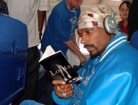 Snoop Dogg'u Uçakta Lolita Adlı Kitabı Okurken Gösteren Foto