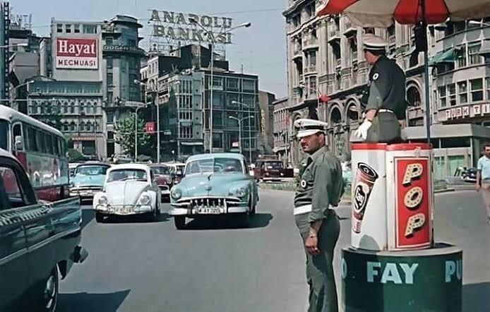 Zıvana içinde nöbet tutan trafik polisleri
