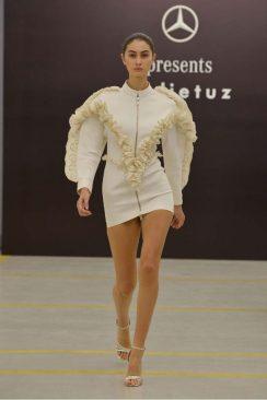 Sudi Etuz grande debutto alla MBFW Tbilisi. Abito dettaglio ruches