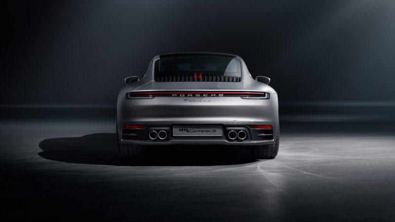 Posteriore rotondo, fari a led e spoiler regolabile della nuova Porsche 911