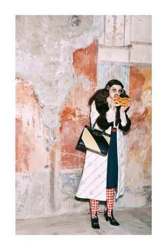 Mame moda Gucci a Pompei con la pre-fall-2019. Cappotto faux fur
