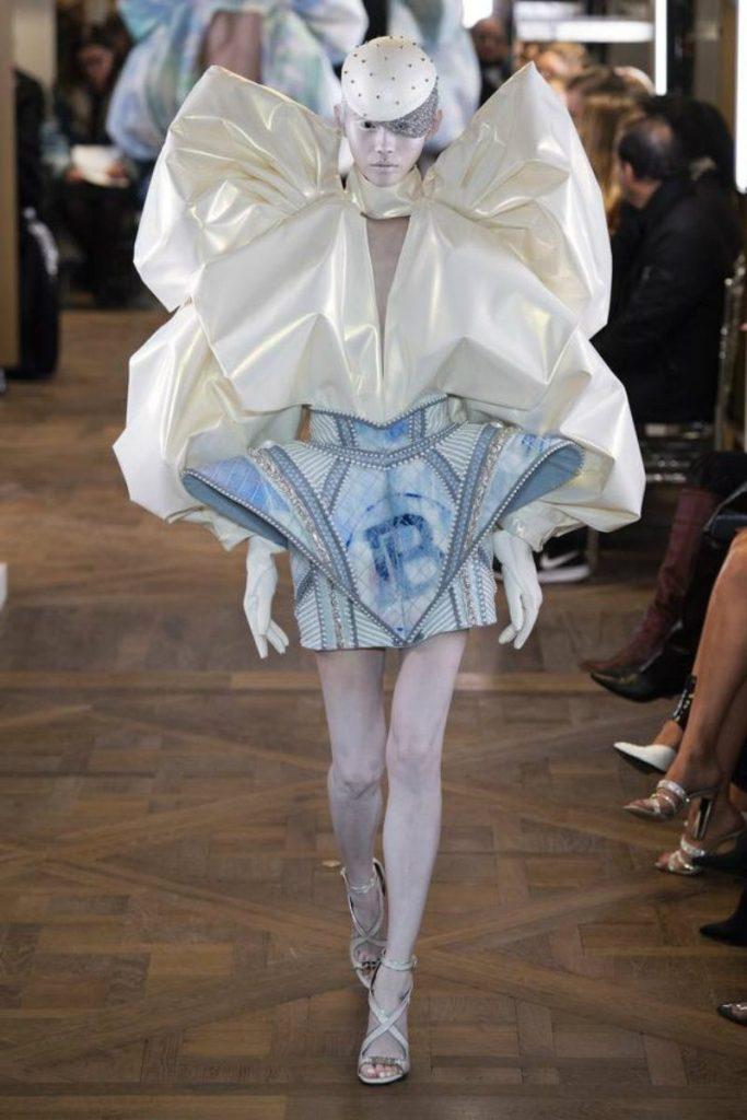Balmain Paris, Rousteing omaggia Pierre. Mini dress fiocco