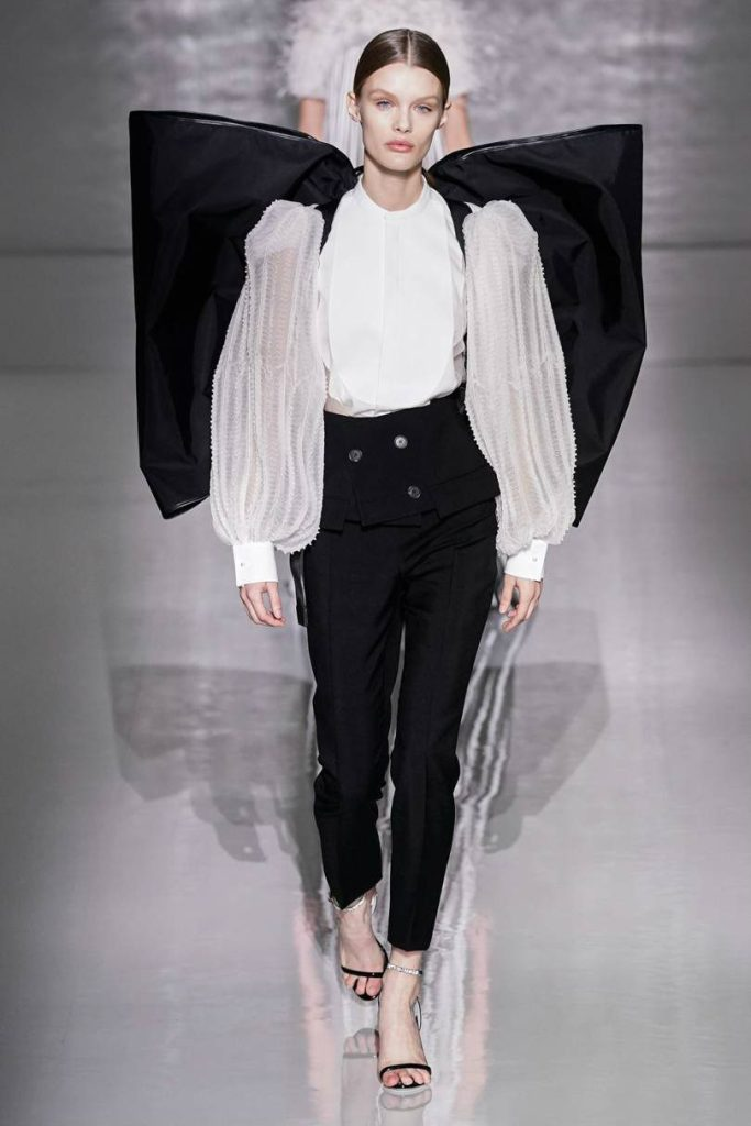 Givenchy Haute Couture, il formalismo notturno. Zaino fiocco